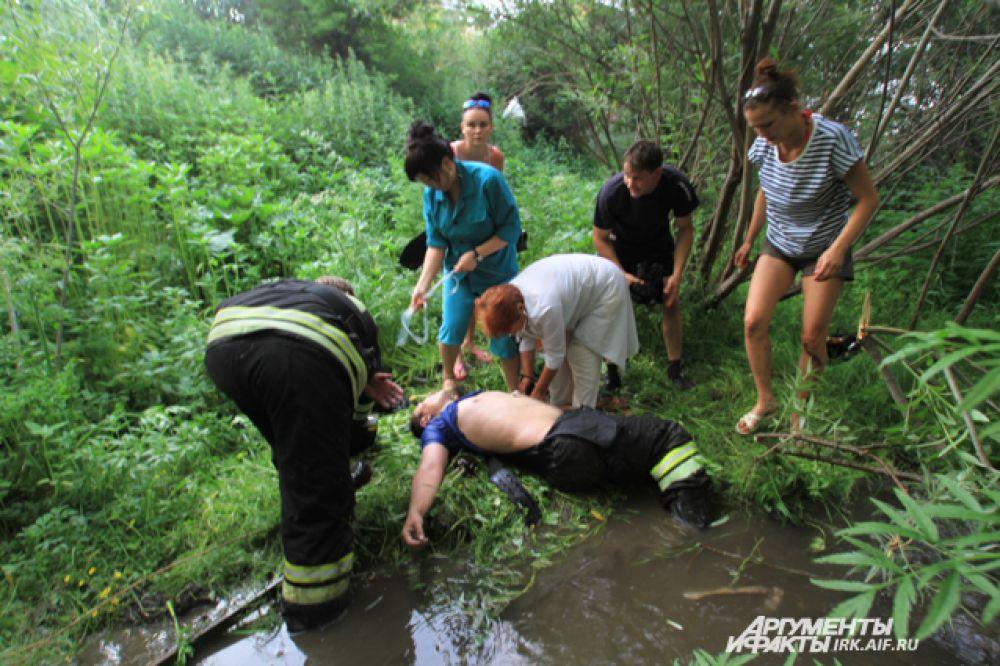 Одному из пожарных стало плохо. Это вовремя заметили граждане, которые и оказали ему первую помощь.