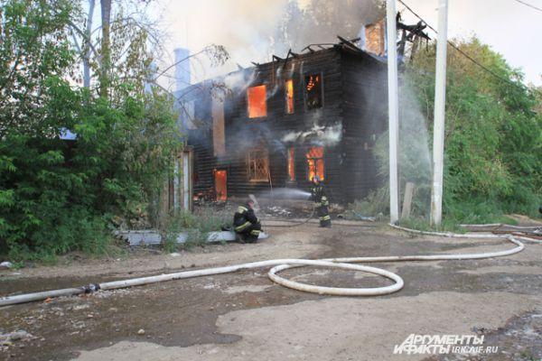 Несмотря на все усилия, дом сгорел.