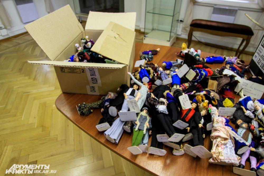 Все куклы путешествуют в обычных картонных коробках.
