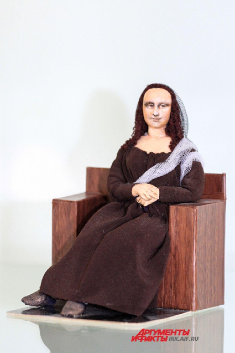 Загадочная улыбка Моны Лизы отразалась в этой кукле.