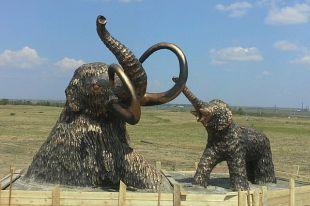 В будущем здесь планируют поставить и третьего мамонта.