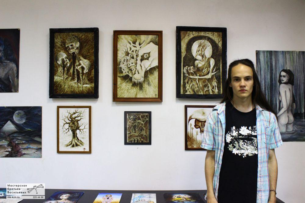 Казанский студент Тимур Азтартов возле своих картин, написанных собственной кровью.