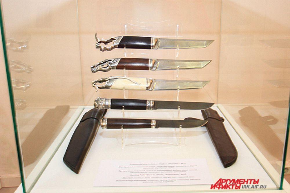 Ножи мастер делает из дорогих материалов, исполльзуя для рукоятей ценные породы дерева, серебро и золото.