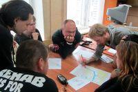 Волонтёры из поисково-спасательного отряда «Партизан» изучают в том числе и картографию.