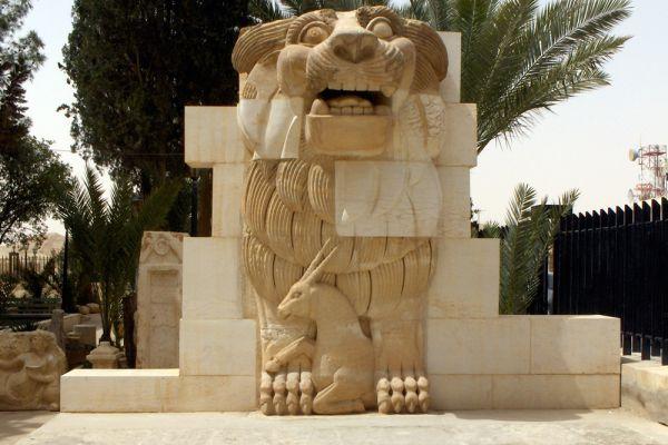Древние развалины Пальмиры - один из шести объектов Всемирного наследия ЮНЕСКО в Сирии. Но это не помешало боевикам ИГ разбить кувалдами редчайшие скульптуры, среди которых была статуя «Лев Аллат» возрастом в две тысячи лет.