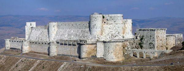 Крак де Шевалье – хорошо сохранившаяся крепость госпитальеров, датированная X веком и находящаяся на территории Сирии. Входит в список Всемирного наследия ЮНЕСКО. Некогда была одним из основных оплотов крестоносцев на Ближнем Востоке и считалась неприступной. Во время гражданской войны в Сирии была оплотом повстанцев и подвергалась ударам правительственных войск. Повстанцев из крепости выбили, но крепости нанесли ущерб, точные размеры которого еще только предстоит оценить.