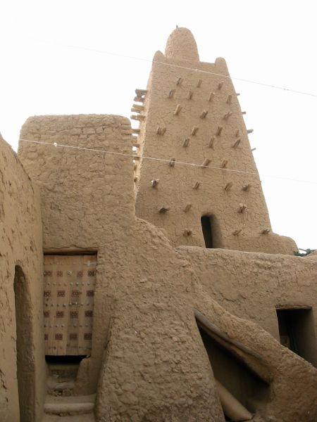 В 2012 году группировки «Ансар-ад-Дин» и «Аль-Каида» разгромили Тимбукту, который также является объектом культурного наследия ЮНЕСКО. В этом городе была древняя мечеть Сиди Яхья. Согласно легенде, ворота этой мечети должны были открыться в конце времен. Однако пророчество не сбылось: боевики уничтожили ворота, а заодно и почти половину 600-летних могил города.