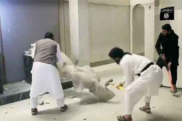 Зимой боевики ИГИЛ демонстративно разгромили знаменитый иракский музей в Мосуле. Террористы уничтожили несколько 3000-летних ассирийских статуй и ассирийское изваяние крылатого быка, созданное в IX веке до Р.Х. Боевики также взорвали главную библиотеку Мосула, полностью уничтожив около 10 000 книг и 700 редких рукописей. В декабре минувшего года экстремисты принялись за другие библиотеки города – в частности за суннитский архив, архивы доминиканского монастыря и католической церкви, а также за древние надписи, хранившиеся в музее Мосула.