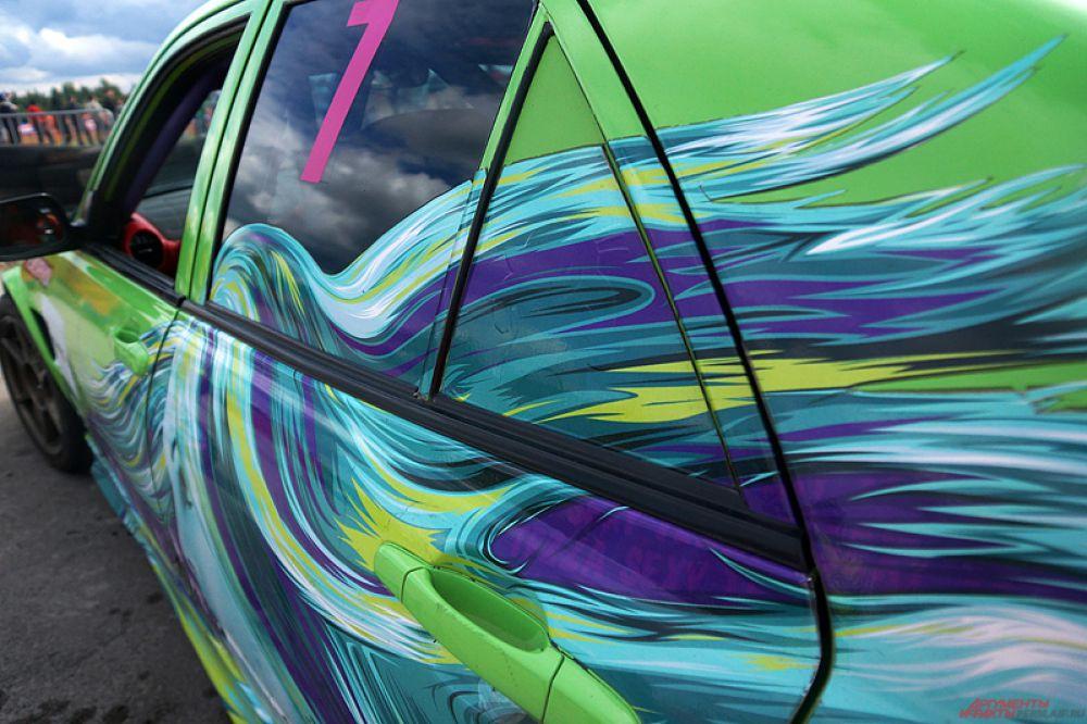 «Боевой» раскрас на одном из гоночных автомобилей.
