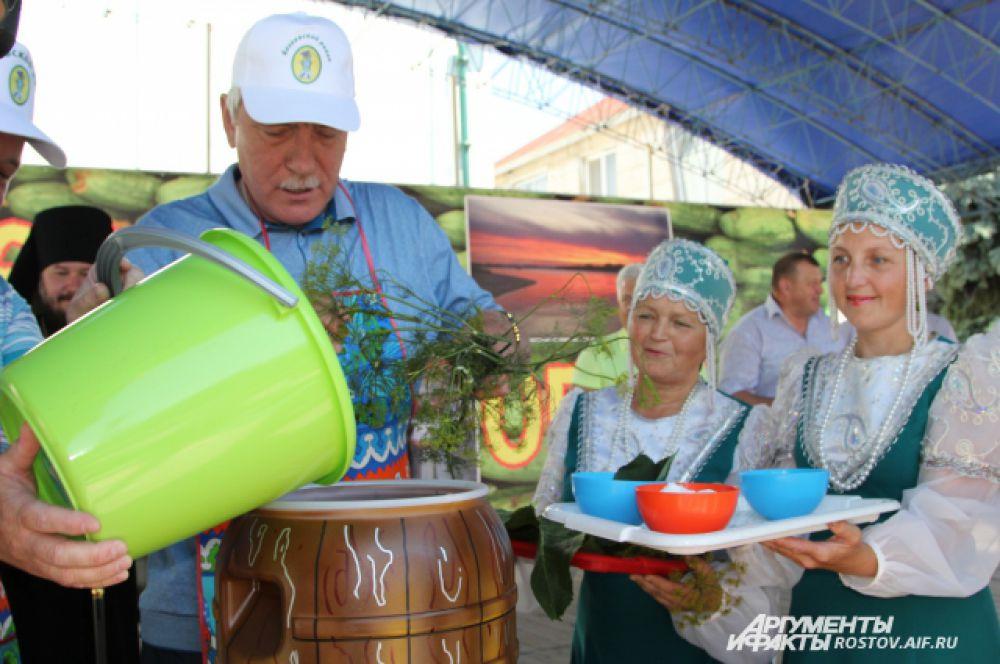 Почетную миссию солить огурцы в бочке предоставили замгубернатора Вячеславу Василенко.