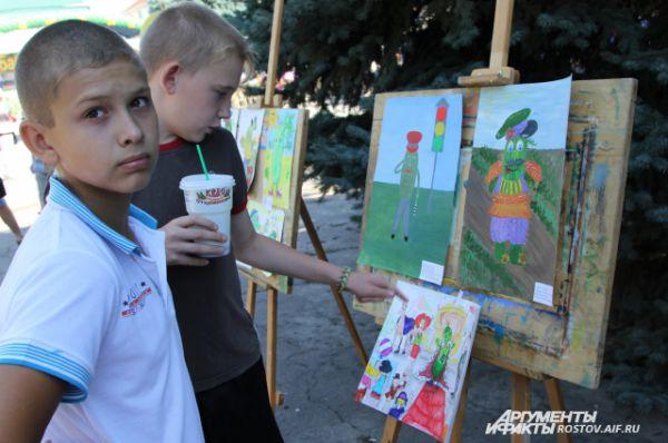 С утра на аллее развернулась выставка детского рисунка, посвященного Дню огурца.