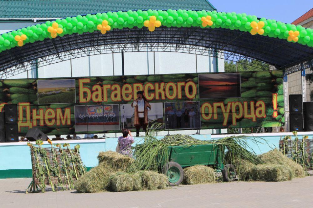 На станичной площади все готово к началу сельскохозяйственного праздника.