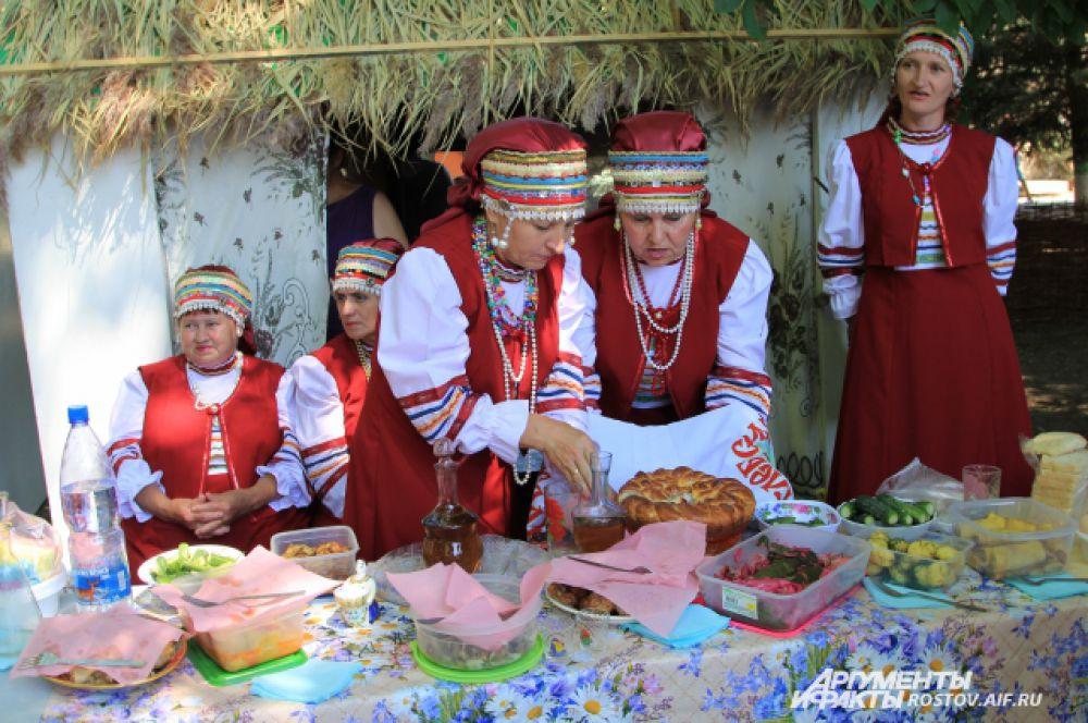 В казачьих импровизированных курениях наступает самый интересный момент праздника - дегустация!
