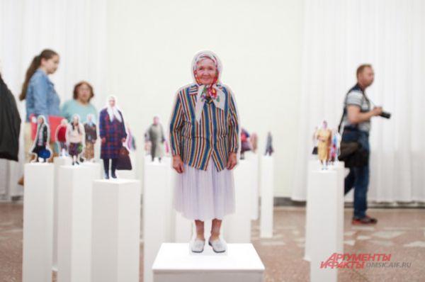 Старось и красота. Выставка Игоря Гавара «Бабушки идут» открылась в Омске.