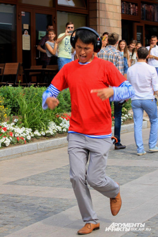 Фотографии Александра, танцующего в любое время года по дороге домой и в университет, стали трендом в иркутских группах соцсетей.