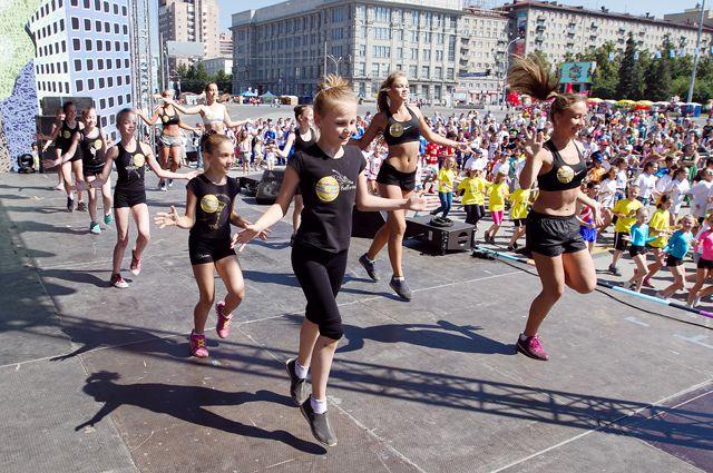 Новосибирцы устроили танцы посреди города