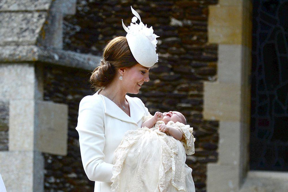 Как информировали в Кенсингтонском дворце, Кейт и Уильям выбрали пять крестных родителей для своей новорожденной дочери. Так, стать крестной матерью Шарлотты было предложено дочери одной из сестер принцессы Дианы, матери принца Уильяма, Лауре Феллоуз.