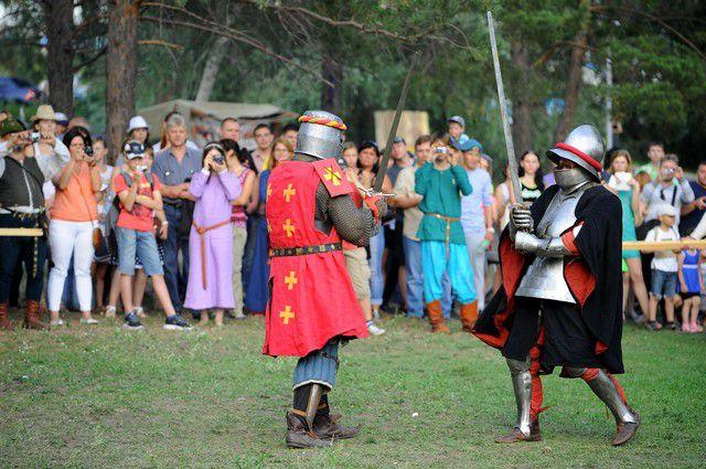 Фестиваль объединяет реконструкторов из городов Сибири.