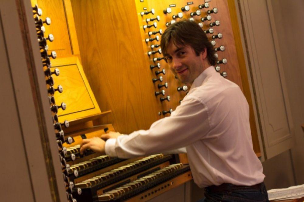 Вручали дипломы под органную музыку, которую исполнял Артем Хачатуров.