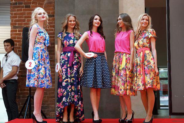 Первый выход девушек был в костюмах от спонсоров в рамках показа новой летней коллекции.