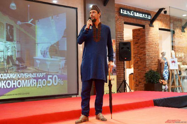 Стартовал конкурс с творческого перформанса российских поэтов, прибывших из разных городов. Среди них - Евгений Труфанов, вот уже пять лет живущий в Индии.