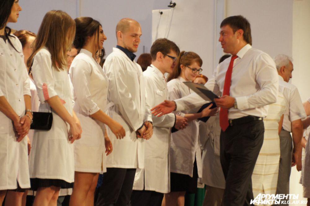 Особенно зрелищным оказалось вручение дипломов будущим врачам. Все они были в медицинских халатах. А поздравить их пришли главврачи калининградских больниц.