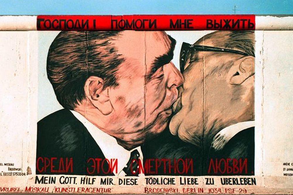 «Братский поцелуй». Это граффити Дмитрия Врубеля – одно из самых известных на Берлинской стене. На созданном в 1990 году рисунке изображены целующиеся «по-братски» Леонид Брежнев и Эрих Хонеккер. Граффити стерли в марте 2009 года.