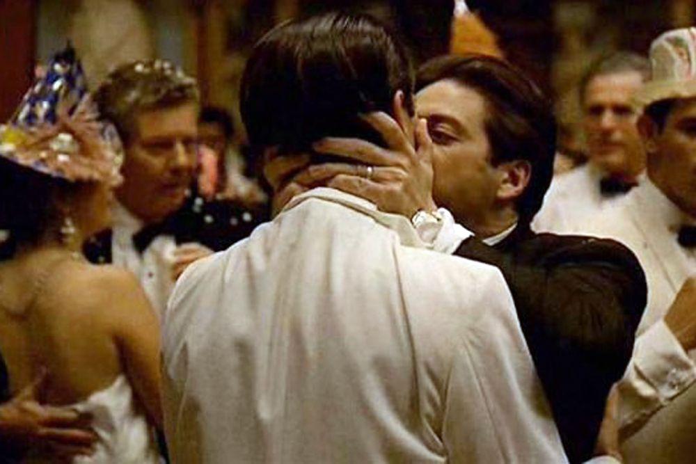 «Я знаю, что это был ты, Фредо, – ты разбил мне сердце», – говорит Майкл Корлеоне (Аль Пачино) своему брату-предателю (в исполнении Джона Казале), прежде чем поцеловать его в одной из ключевых сцен саги о Крестном отце.