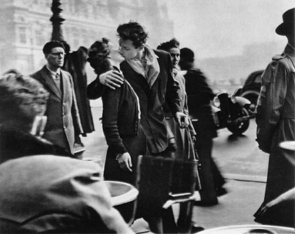В 1950 году французский фотограф Робер Дуано сделал свой самый известный кадр: «Le baiser de l'Hôtel de Ville» - фото целующейся парочки на оживленной улице Парижа. Снимок стал международным символом молодой любви в Париже.