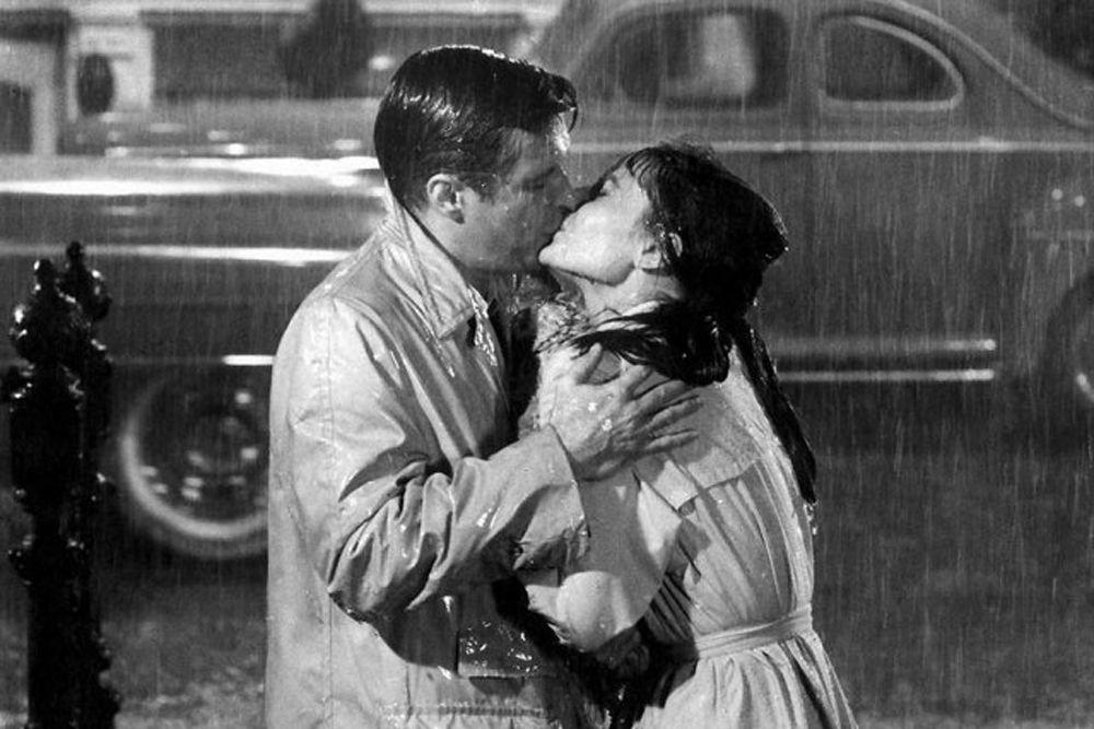 «Завтрак у Тиффани». Холли Голайтли (Одри Хепберн) выпрыгнула из такси прямо под дождь, чтобы поцеловать своего любимого (Джордж Пеппард) в этом классическом фильме 1961 года.