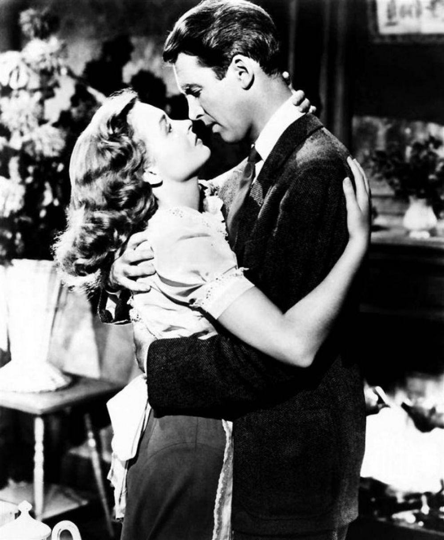 «Эта прекрасная жизнь». В фильме 1946 года Джеймс Стюарт сыграл жителя небольшого городка, оказавшегося в таком отчаянии, что он готов был покончить с собой. Он женится на своей давней любви Донне Рид. От смертельного шага с моста его спасает ангел-хранитель, который показывает ему, какой была бы жизнь, если бы он не родился.