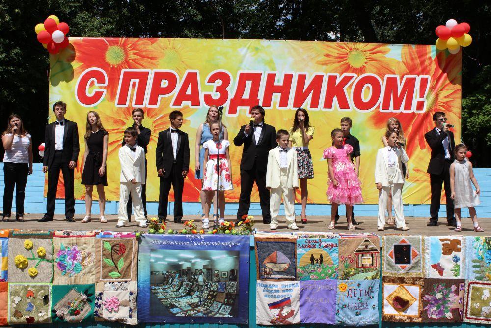 Выступление музыкального коллектива «Созвездие» с песней, посвященной Дню Петра и Февронии.