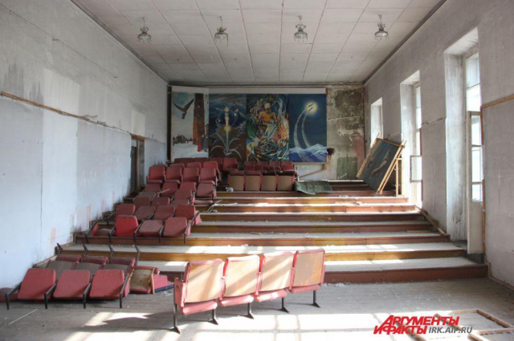 Здесь будущие авиаторы слушали лекции и аплодировали местной самодеятельности. Картины на заднем плане написаны маслом.