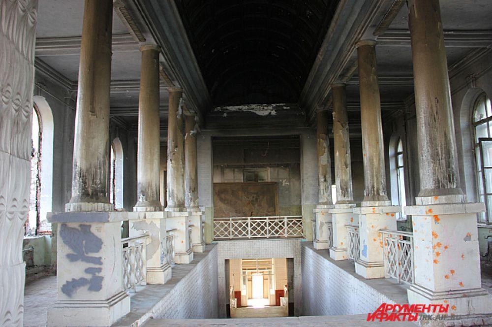 Когда-то «греческий зал» главного корпуса поражал своей помпезностью. Высокие колонны внушали курсантам трепет.
