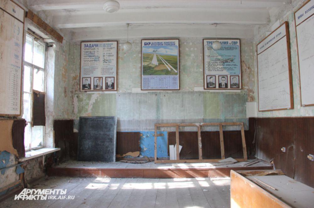 Кое-где в аудиториях все еще висят плакаты с наглядным материалом.