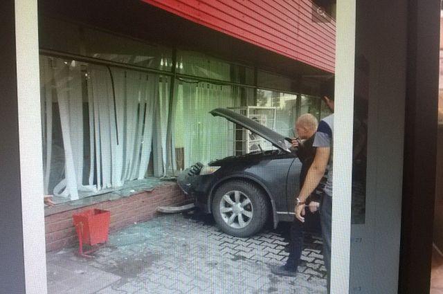Машина врезалась в кирпичный бордюр.