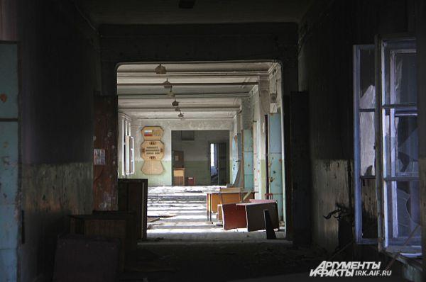 Теперь в коридорах гулкая пустота и запах гари.