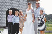 Лето 2014 г. Сергей и Лилия после таинства венчания вместе с младшими детьми и внуком. Старшая дочь Настя - автор фото.
