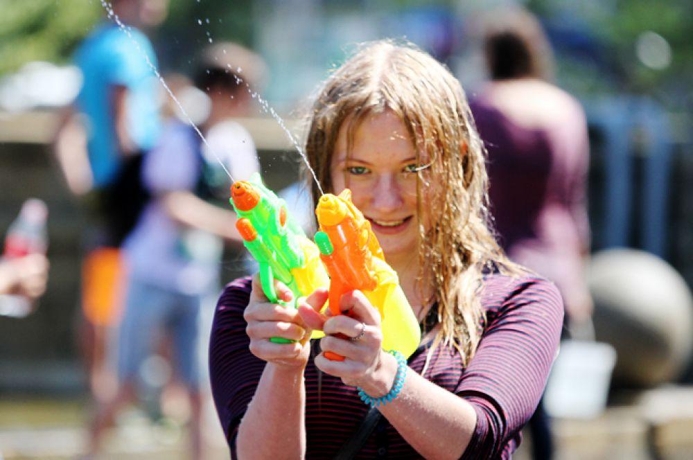 В водной битве важно уметь стрелять с обеих рук.