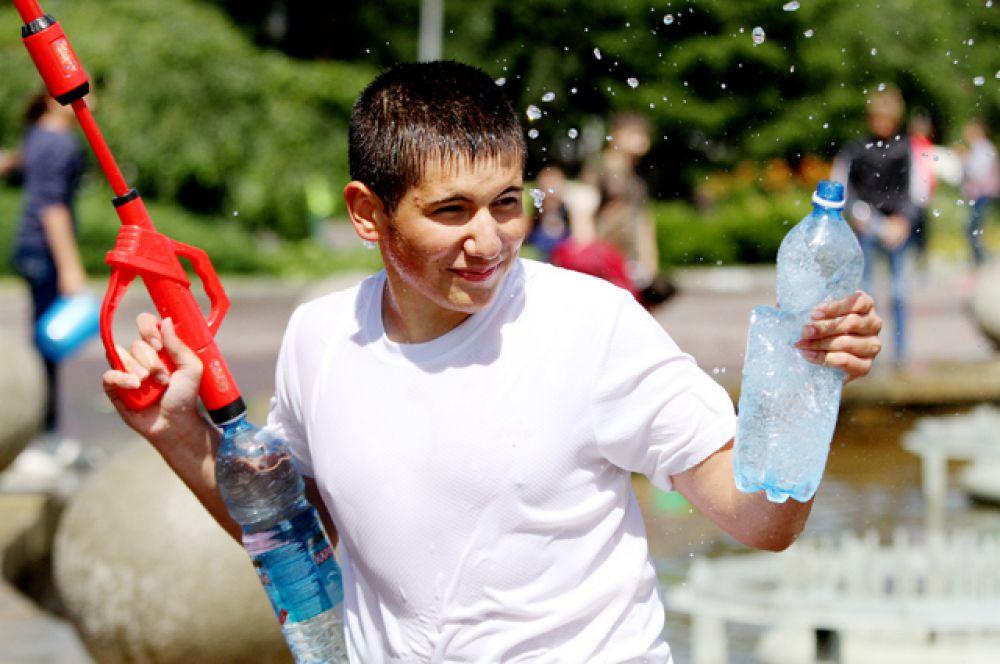 Готовились к нему заранее — запасались водяными автоматами и дополнительными «зарядами» из бутылок.