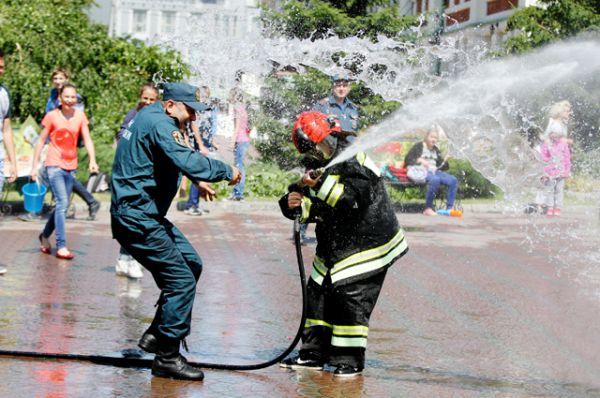 Облачившись в пожарную форму, люди обливали друг друга мощной «пожарной» струёй.