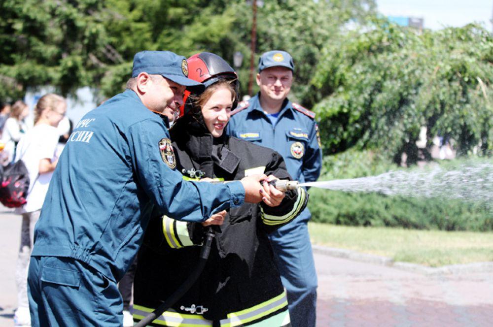 В этом году  к фонтану на праздник приехали  сотрудники МЧС - они поливали присутствующих водой из шланга.