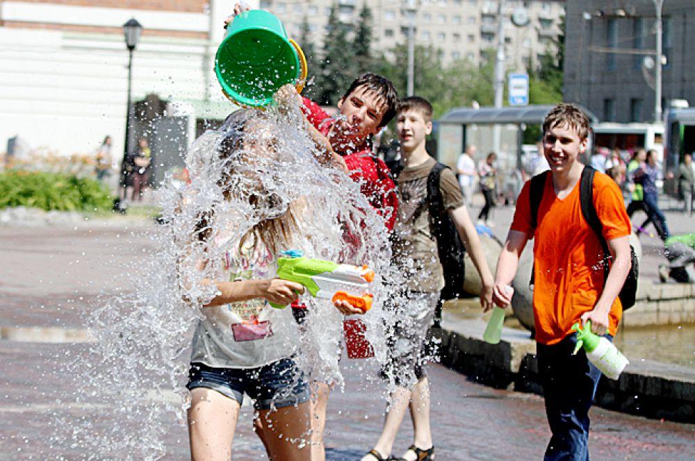 Десятки молодых людей, разделившись на две команды, устроили водное сражение.