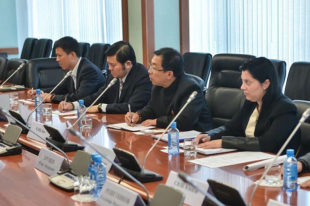 Представители китайской делегации в администрации Приморья.