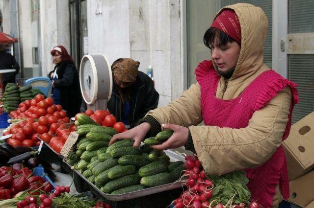 Омичи предпочитают покупать местные овощи.