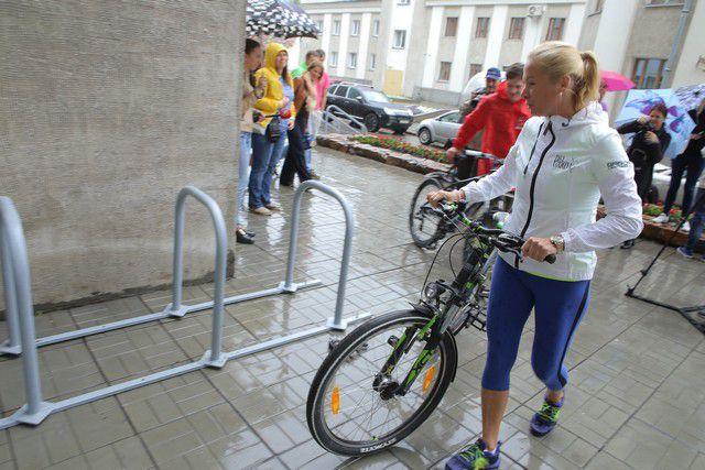 Начальник департамента культуры, спорта и молодежной политики мэрии Новосибирска Анна Терешкова около новой велопарковки