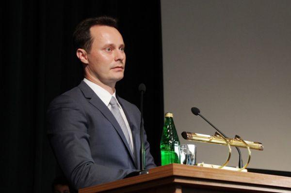 Председатель комитета здравоохранения Волгоградской области Владимир Шкарин поздравил выпускников, обратившись к ним уже как к коллегам.