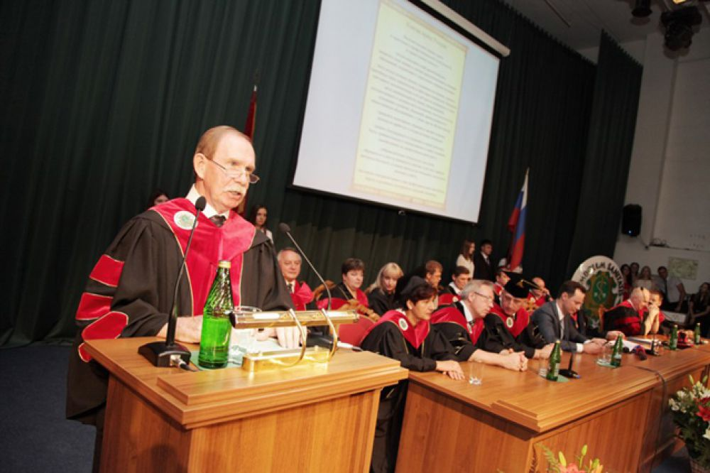 Первый проректор, профессор Виктор Мандриков зачитывает Клятву врача России