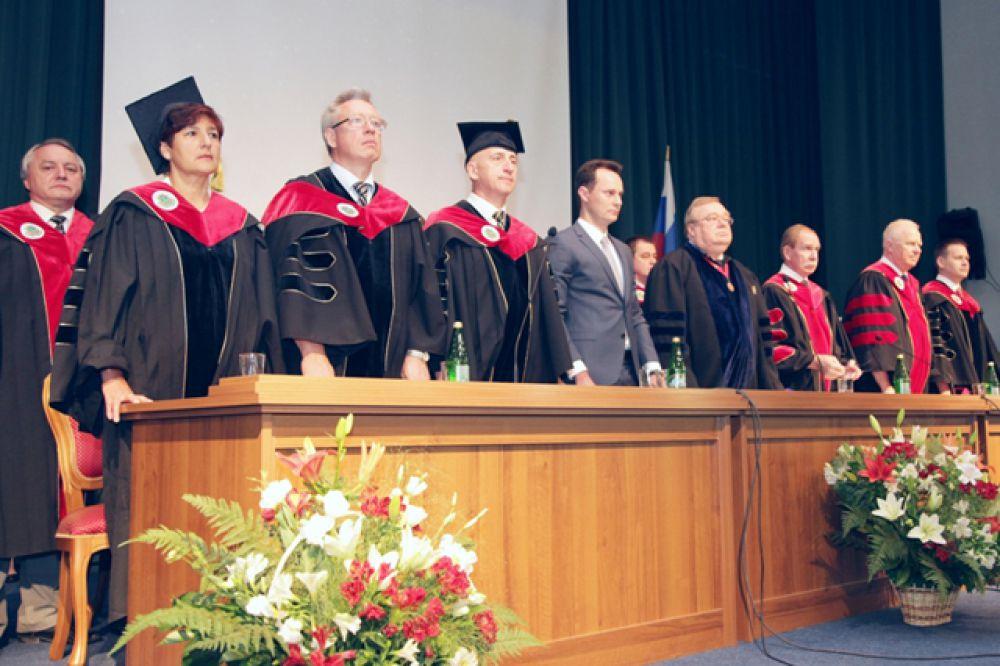 Руководство ВолгГМУ, профессорско-преподавательский состав и почетный гость мероприятия Владимир Шкарин собрались поздравить выпускников 2015 года.
