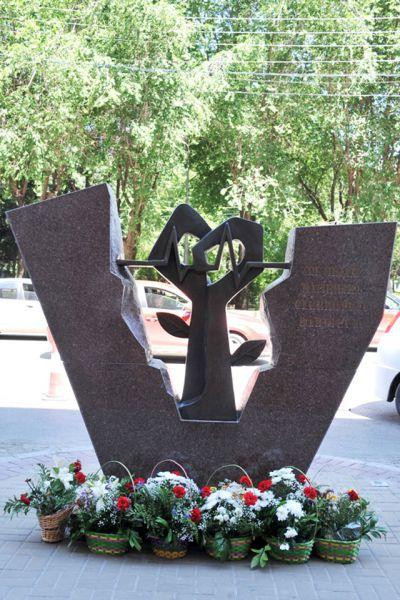 Старосты выпускных курсов ВолгГМУ возложили цветы к памятнику «Медикам Царицина-Сталинграда-Волгограда».